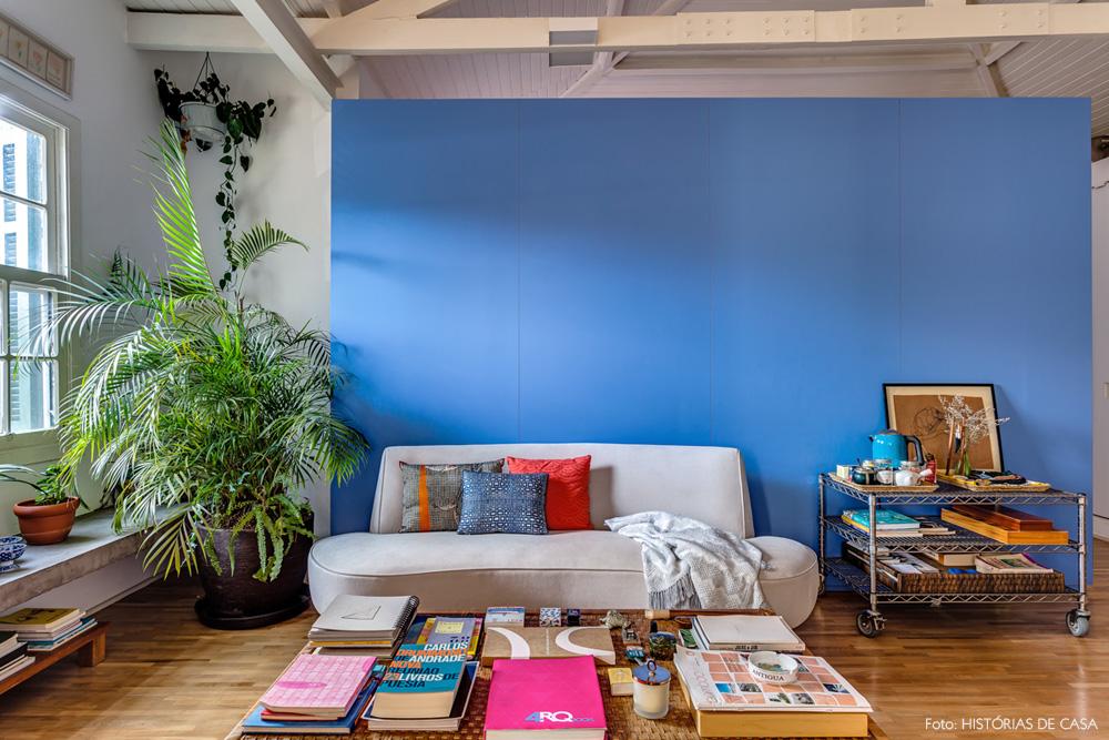 02-decoracao-sala-estar-painel-azul-marcenaria-plantas